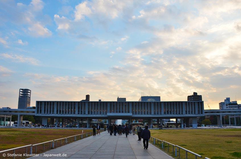 Wer Hiroshima bereist, sollte unbedingt dem Friedensmuseum einen Besuch abstatten. Die intensive Erfahrung dieser Dokumentation des Atombombenabwurfs und dessen Folgen vergisst man nicht mehr.