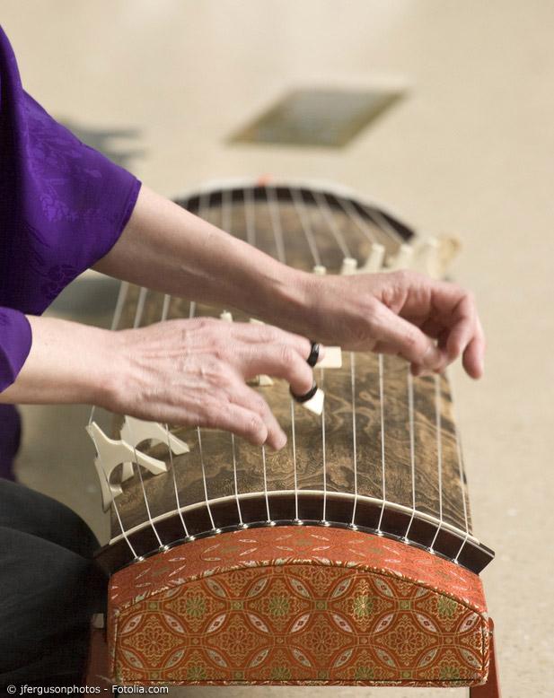 Die Koto ist eine japanische Zither, die am japanischen Hof und in gehobenen Kreisen große Beliebtheit erlangte.