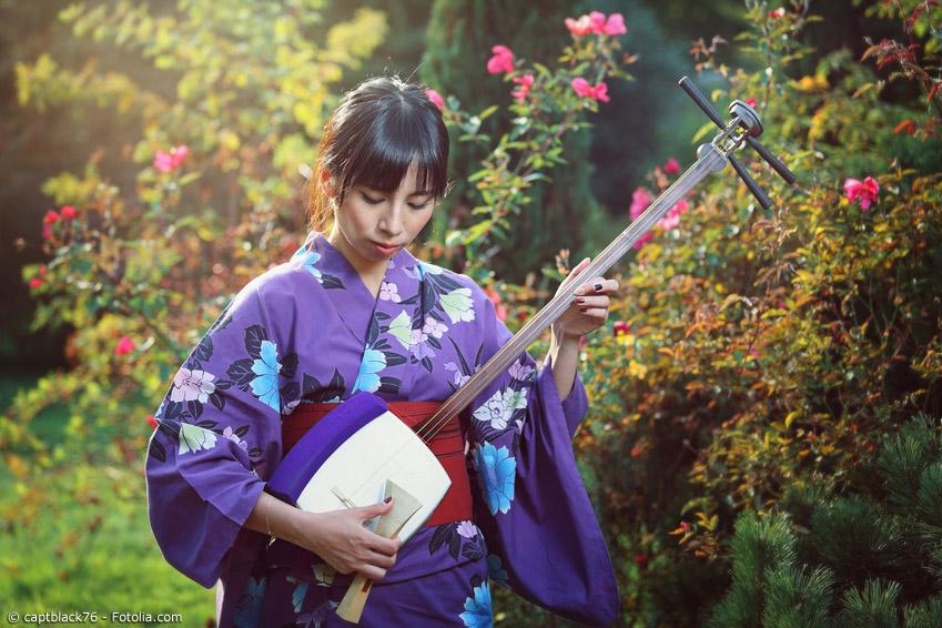 Die Shamisen ist eine dreiseitige Gitarre, die mit einem speziellen großen Plektron gespielt wird und einen traditionell schnarrenden Klang besitzt.