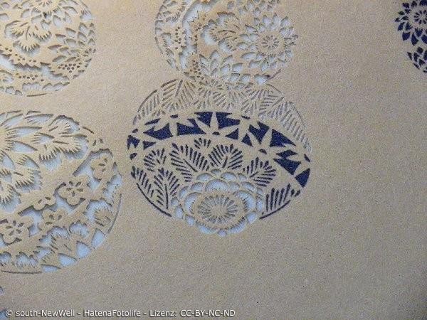 Filigrane Ise Katagami Schablone, die japanische Bälle zeigt