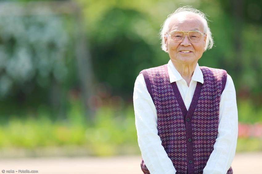 Japan ist eines der Länder mit dem höchsten Altersdurchschnitt weltweit. Besonders die Zahl der Über-Hundertjährigen ist beeindruckend hoch, vor allem auf Okinawa. Grund dafür ist beispielsweise die Lebensweise der Menschen auf Okinawa.
