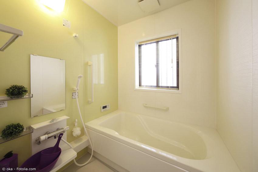 Badewanne mit Dusche für außen und innen in japanischem Bad
