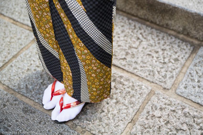 Weiße Tabi Socken an Frau im Kimono mit Geta