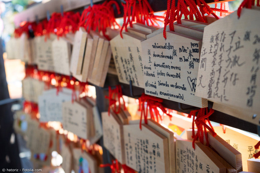 Kleine Holztafeln mit Wünschen - die Ema - werden traditionell beim Schreinbesuch aufgehängt. Vor allem an Neujahr in Japan ein beliebter Brauch.