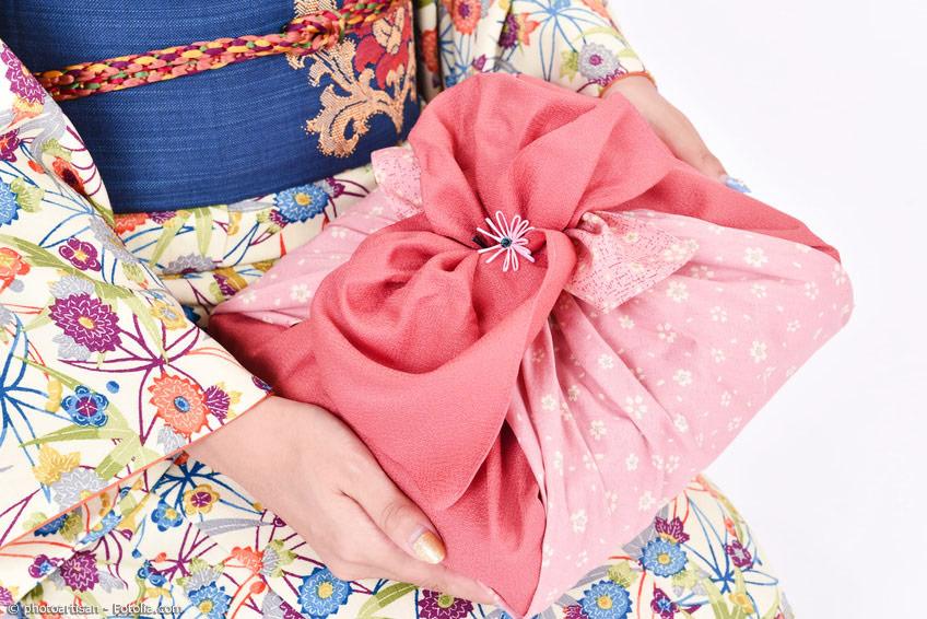 Zu Neujahr in Japan sind die Geschenke oft mit einem Furoshiki verpackt. Die richtige Wahl des Geschenks stellt Japaner oft vor eine schwierige Aufgabe.