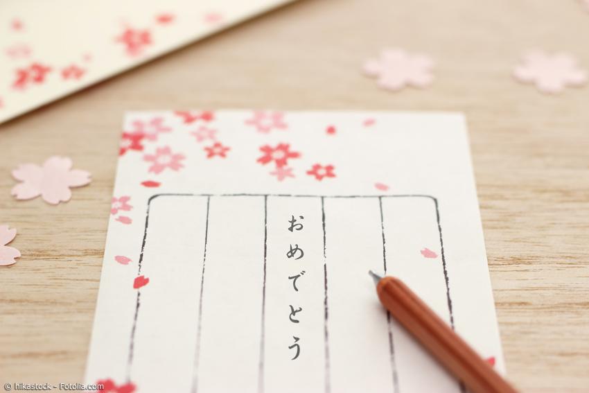 Neujahrskarte mit Stift und Kirschblüten