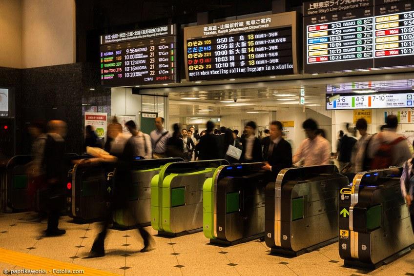 Wer weite Teile Japans bereist, sollte unbedingt den japanischen Schnellzug, den Shinkansen, nehmen. Mit dem Japan Rail Pass ist das sogar relativ günstig möglich.