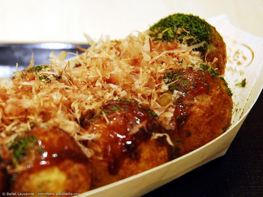 Takoyaki - nichts anderes wird so sehr mit Osaka assoziiert wie die Oktopusbällchen. Als Souvenir bietet sich daher ein Takoyaki-Maker an. width=