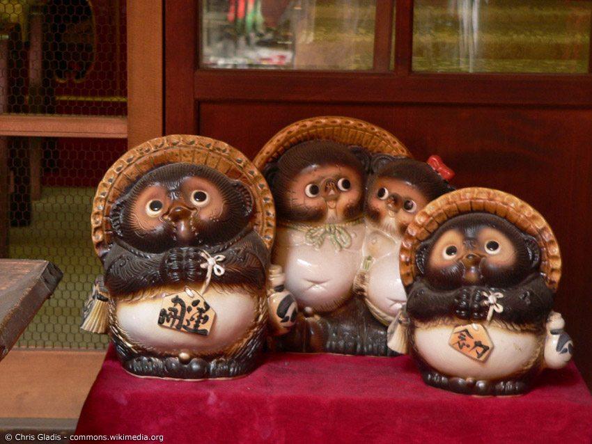Shigaraki-yaki no Tanuki sind dicke Marderhunde mit Strohhut, die oft vor Keramik-Manufakturen in Shiga stehen. Aber man kann sie auch vor anderen Läden in ganz Japan finden, wo sie gute Geschäfte fördern sollen.