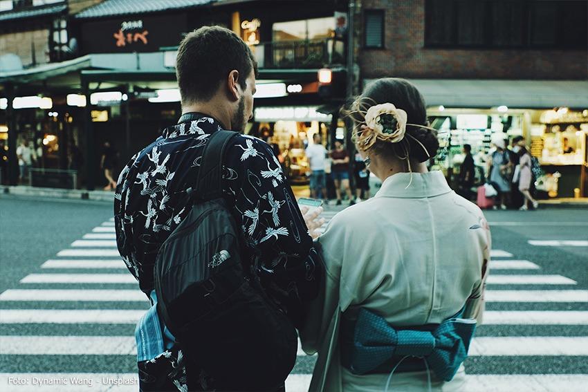 Ein Mann bittet eine Japanerin um Hilfe