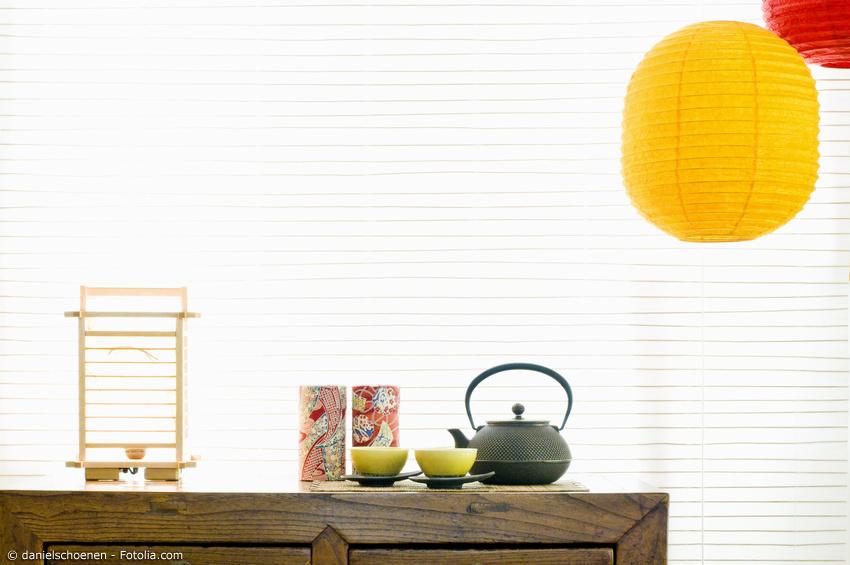 Japanische Deko Gegenstände vor großem Papierrollo