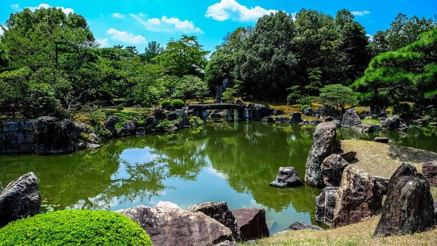 Jeder Garten Vereint Bestimmte Elemente In Perfekter Harmonie. Dazu Zählen  Wasser, Stein, Bäume Und Moos.