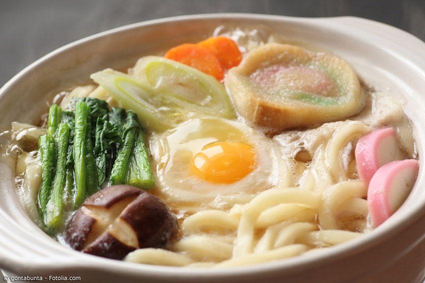 Herbst-Udon tragen schon im Namen die Jahreszeit, in der sie hauptsächlich zubereitet werden. Natürlich werden Udon-Nudeln das ganze Jahr über gegessen, aber in dieser Form sind sie vor allem im Herbst und Winter beliebt.
