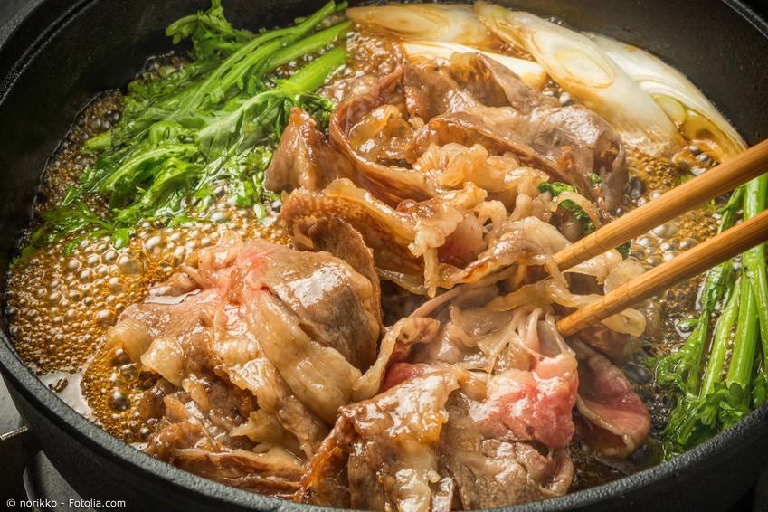 Fleisch ist in Japan längst nicht so beliebt und im Überfluss vorhanden wie Fisch. Vor allem im Frühling und Sommer vertrauen die Japaner fast ausschließlich auf Meerestiere. Daher ist Sukiyaki ein typisches Wintergericht.