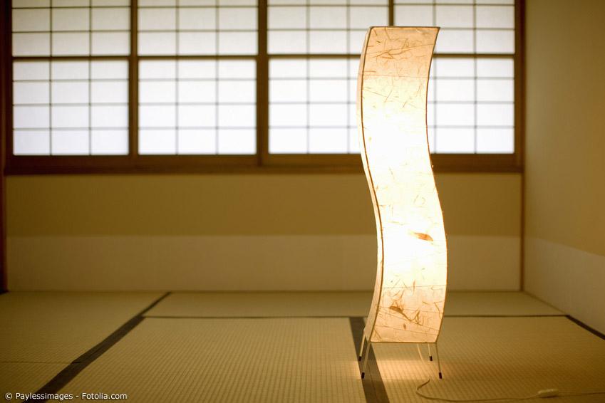 Japanische Lampen sind weit mehr als nur die kugelförmigen Papierlampions, die es auch bei europäischen Möbelketten zu kaufen gibt.