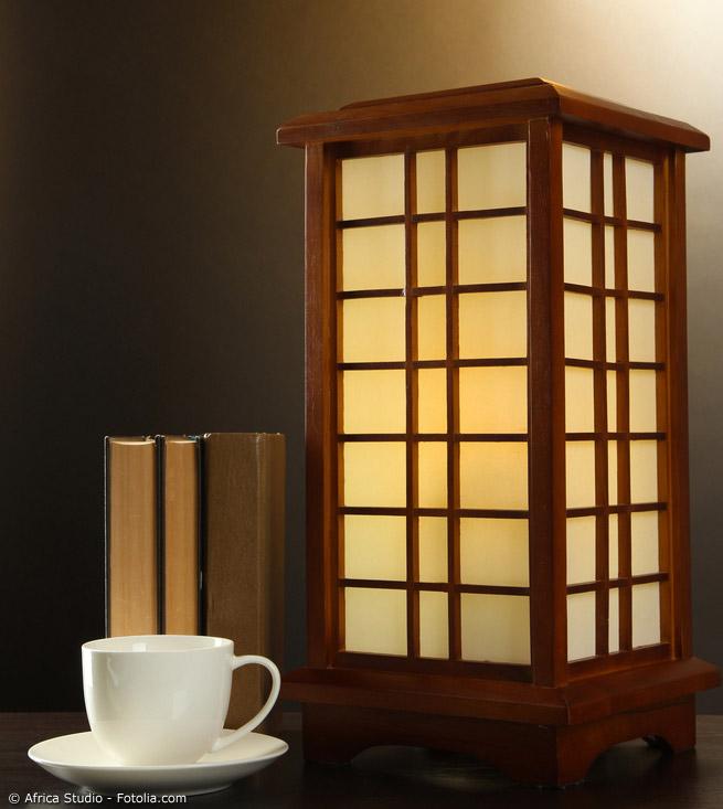 Kleine oder große Schmuckstücke fürs Wohnzimmer. Es muss nicht immer ein ganzes Japanzimmer sein. Auch in westlichen Räumen lassen sich mit Japan-Lampen schöne Akzente setzen.