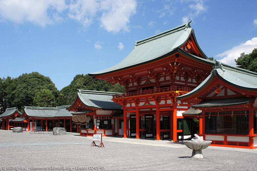 Omi-Schrein in Otsu von außen mit geharktem Weg