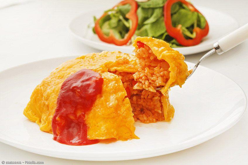 Omurice ist ein Omelette gefüllt mit einer Masse aus Reis, Gemüse und meistens Hühnchenfleisch. Dieses Rezept ist ganz einfach nachzukochen!