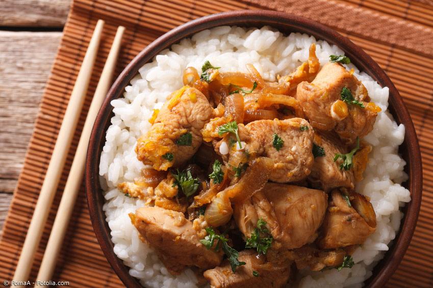 Donburi Gerichte wie Oyakodon sind das Paradebeispiel für japanische Rezepte mit Reis. Besonders beliebt ist auch Gyudon, Rindfleischstreifen auf Reis, dem sich in Japan die zwei Fast-Food-Ketten Yoshinoya und Sukiya verschrieben haben.