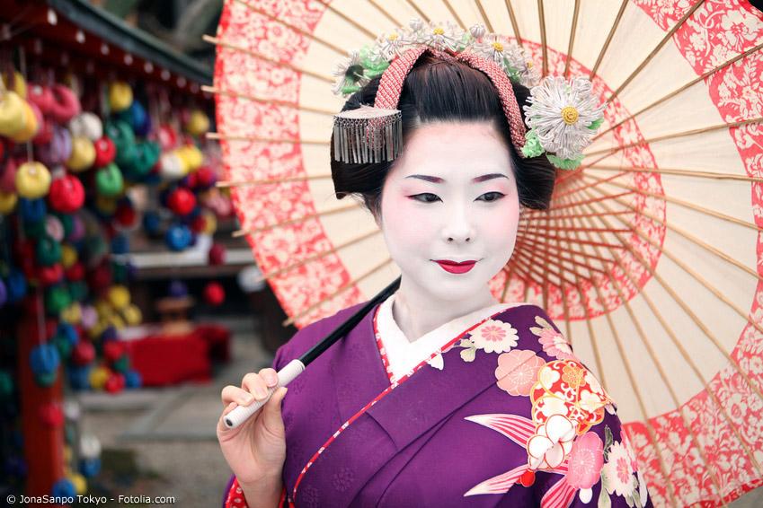 Bei Geishas war der Schirm ein beliebtes Accessoire beim Tanzen vor Publikum. Meist waren diese Schirme besonders aufwendig gefertigt und verziert oder sogar aus Seide.