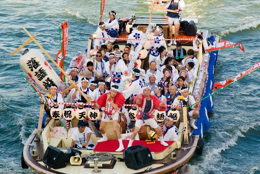 Boot mit Festival-Teilnehmern auf dem Fluss in Osaka