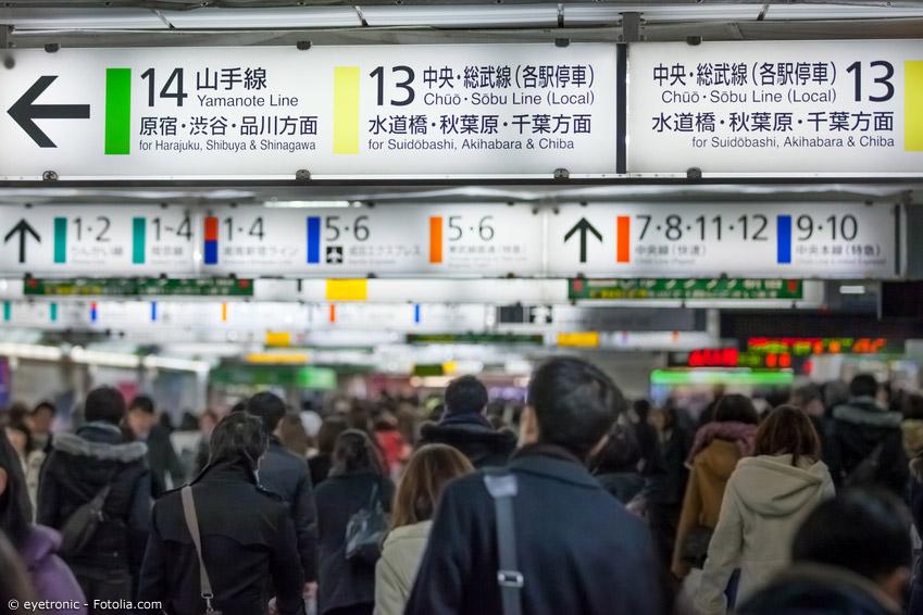 Die verschiedenen Schriftsysteme sind im japanischen Alltag allgegenwärtig. Romaji sind vor allem an Bahnhöfen wichtig.