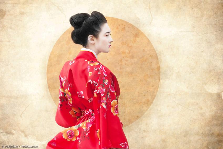 Japanische Motive finden sich nicht nur auf Seide - auch Baumwollkimonos sind reich verziert. Daneben werden die Motive auch auf Kissenstoffen oder anderen Gebrauchs- und Deko-Artikeln verwendet.