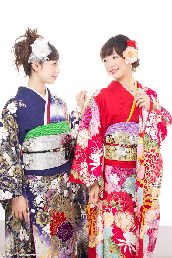 Gerade bei Yukata und Kimono für Frauen gibt es oft großflächige und farbenfrohe Blumen-Motive.