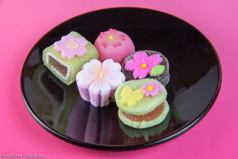 Verschiedene Sakura Wagashi vor pinkem Hintergrund