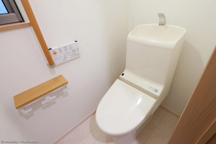 Japanische Toiletten bieten sowohl in öffentlichen Einrichtungen als auch zu Hause einen gehobenen Komfort. Dusch-WCs sind keine Seltenheit, sondern der Standard.