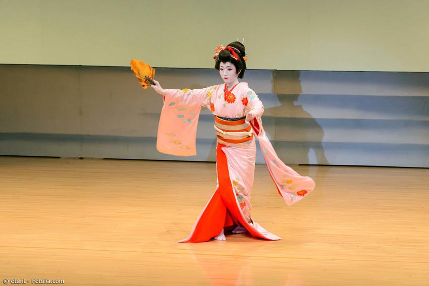 Einige Conventions bieten Shows mit traditionellen japanischen Künsten. Darunter auch Tanzaufführungen von Geishas oder das Spielen japanischer Instrumente.