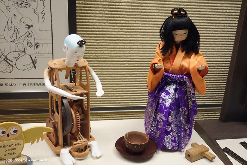 mechanische Puppen die Tee tragen