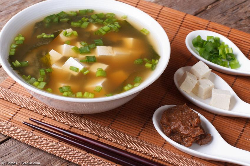 Dashi und Miso sind Grundzutaten der japanischen Küche und machen oft den typischen japanischen Geschmack aus. Aber es gibt auch japanische Rezepte, die gänzlich ohne diese Zutaten auskommen.
