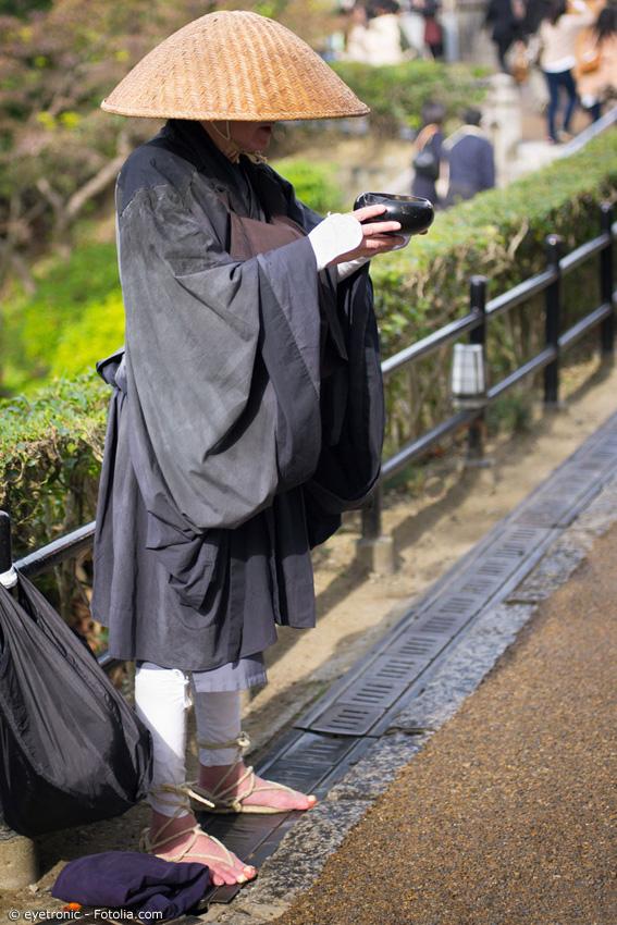 Wandermönche benutzen den japanischen Kegelhut zum Schutz vor Sonne, Wind und Wetter. Aber auch für Cosplayer eignet sich der Hut wunderbar als authentisches Accessoire.
