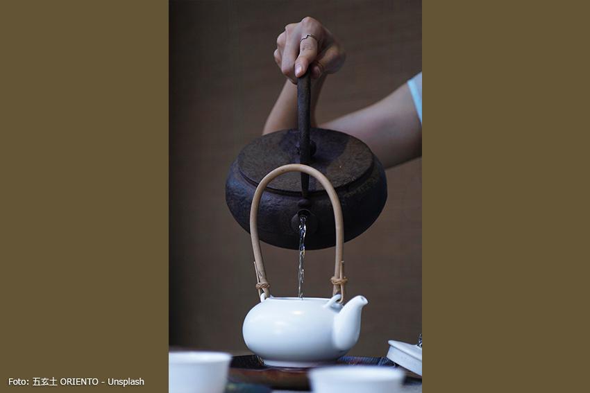 Verwendung von Gusseisenkanne und Porzellan-Teekanne