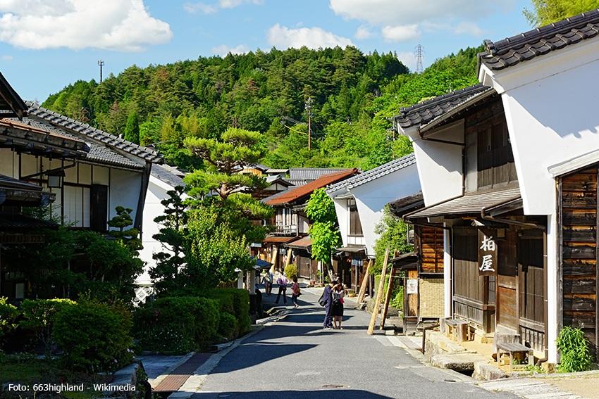 Der Wanderweg Nakasendo durch das historische Dorf Tsumago