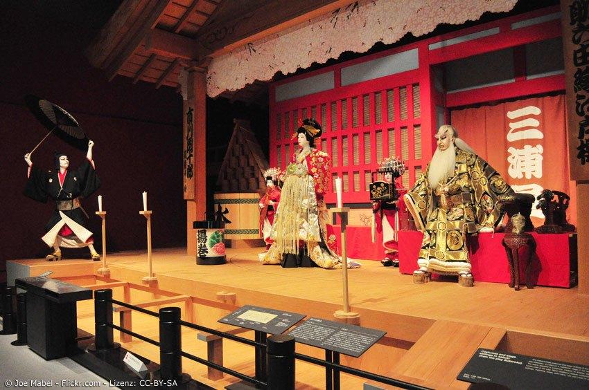 Kabuki Ausstellung mit Samurai, Prinzessin und altem Mann