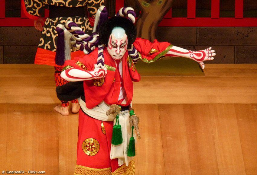 Kabuki Makeup in weiß und rot
