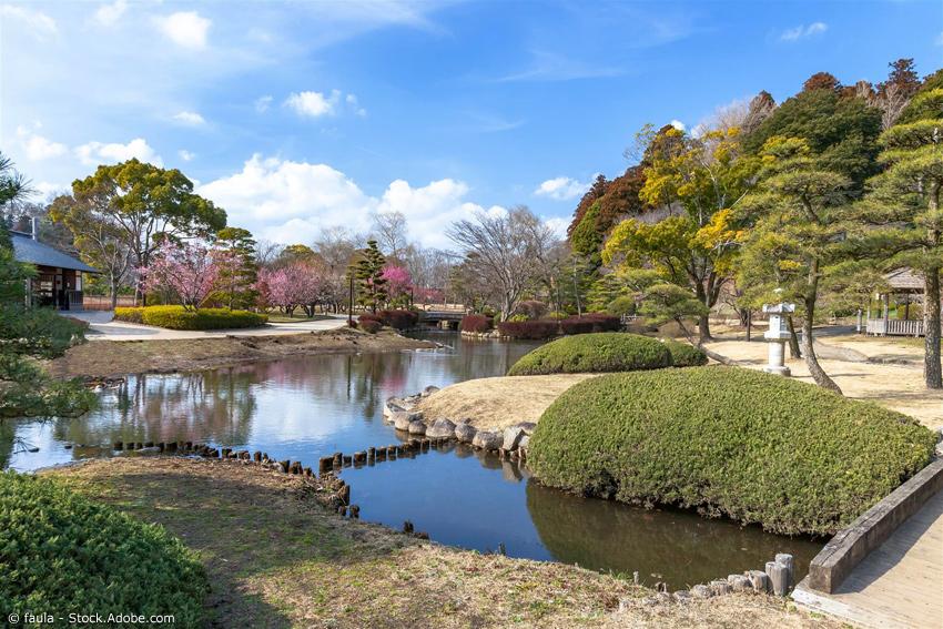 Japanischer Garten Kairaku-en mit Fluss, Steinlaterne und Teehaus