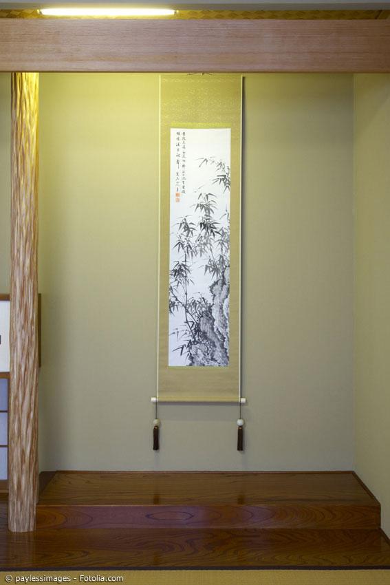 Kakemono zieren viele Japanzimmer und verleihen dem Raum eine wunderschöne Note. Egal ob mit einem Gemälde oder einer Kalligraphie – ein japanisches Rollbild ist in jedem Fall eine passende Wanddekoration.