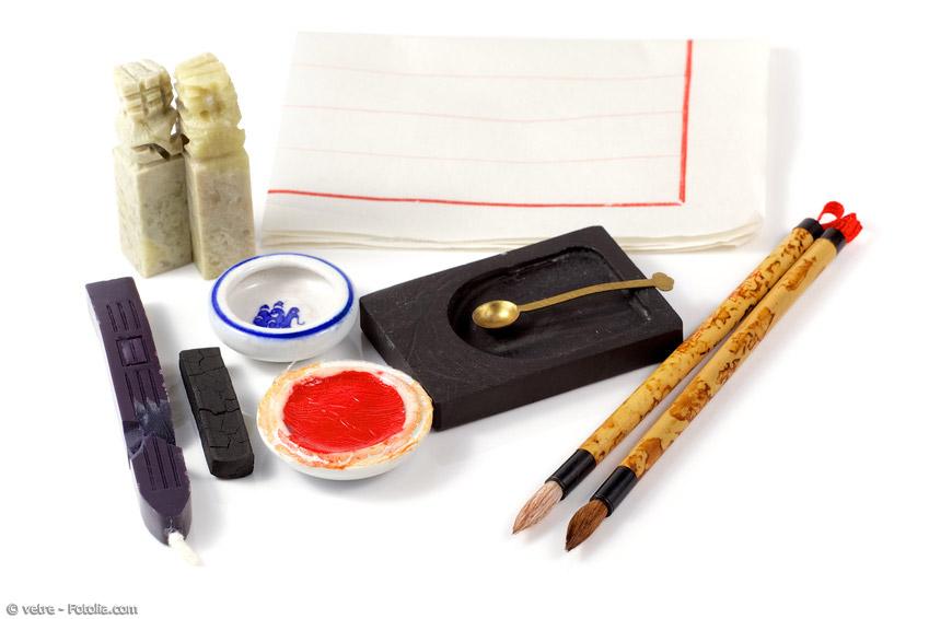 Für Kalligraphie benötigt man verschiedene Kalligraphie-Pinsel, Stangentusche und einen Tuschereibstein oder flüssige Tusche und ein Gefäß, eine Pinselablage, Japanpapier in mindestens DIN A4-Größe sowie einen Namensstempel und Stempelfarbe zur Signierung des Werkes.