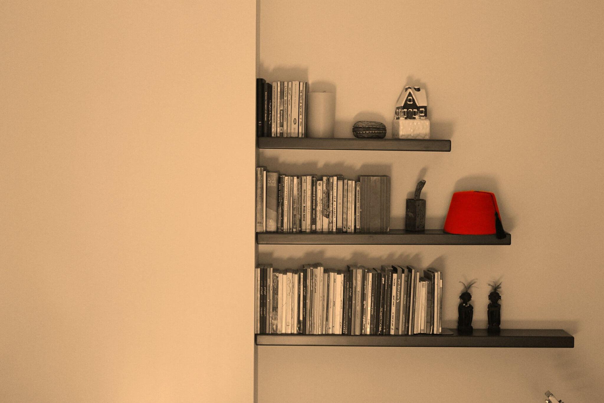 Bücherregal mit Wabi Sabi Dekoration