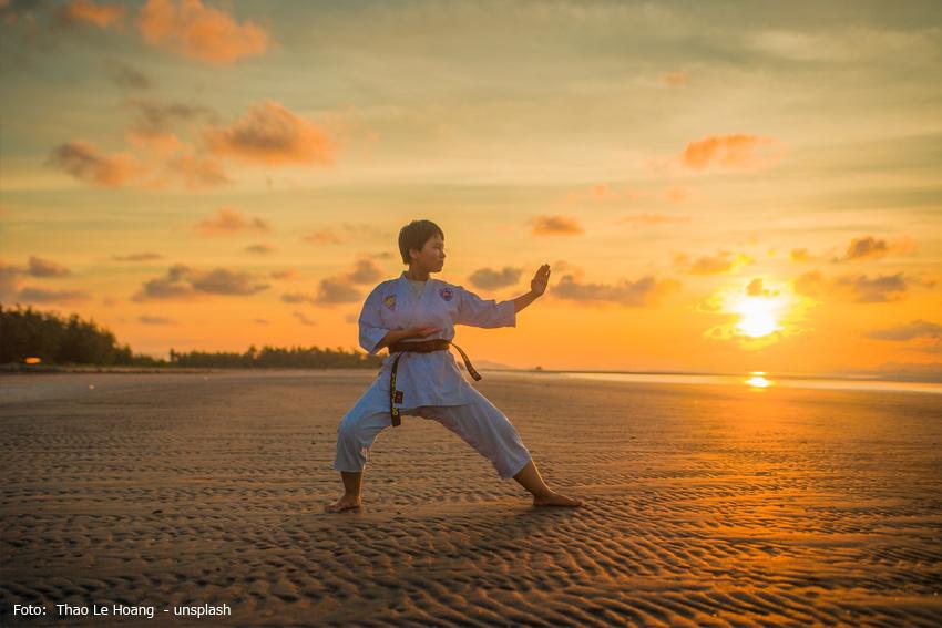 Karateübungen beim Sonnenuntergang