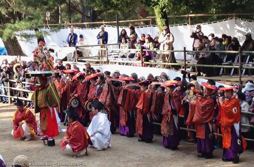 Zeremonie mit Priestern beim Kasuga Wakamiya On-Matsuri in Nara