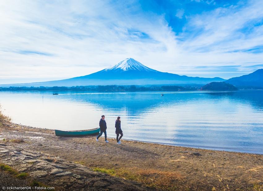 Pärchen wandert vor dem Fuji am Kawaguchi-See