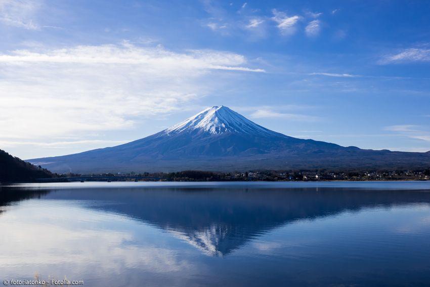 Fuji mit schneebedecktem Gipfel spiegelt sich im See Kawaguchiko