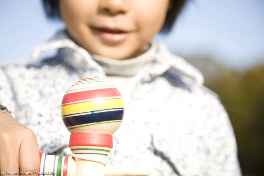 Das Kendama Kugelspiel ist ein Geschicklichkeitsspiel aus Japan, das bei Kindern und Erwachsenen gleichermaßen beliebt ist.