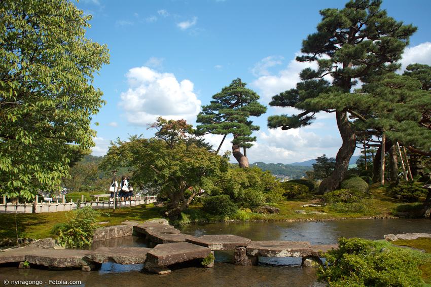 Japanischer Garten mit Teich, Steinbrücke und Kiefern