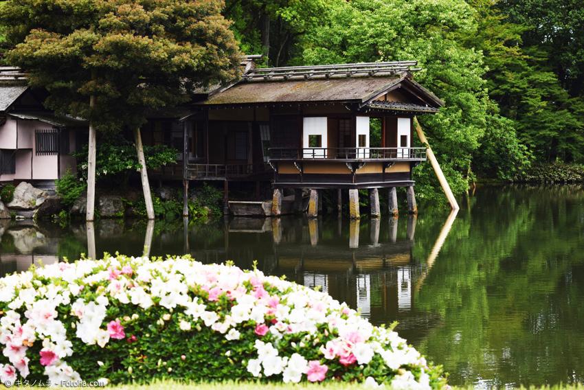 Teehaus am Teich mit Blumen im Vordergrund