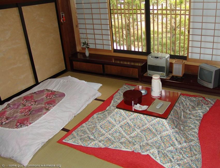 japanischer tisch mit decke